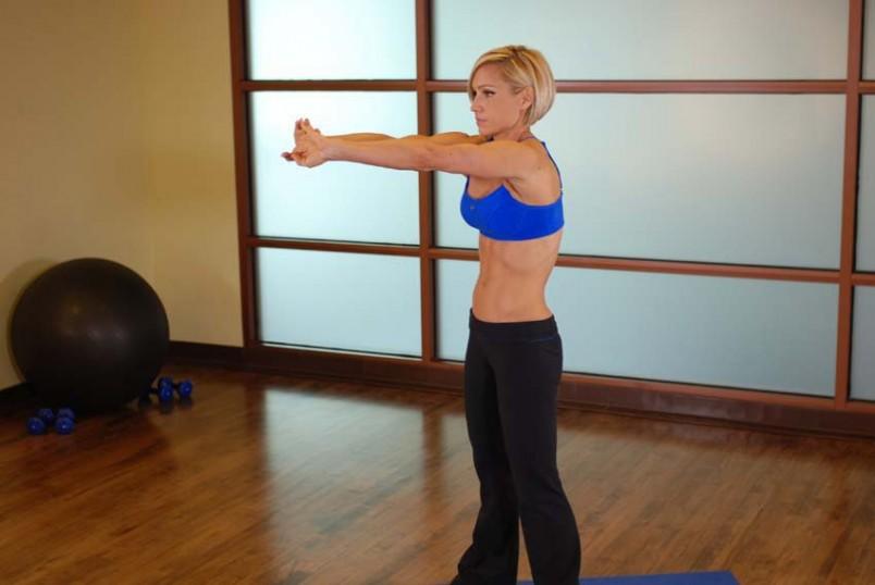 Растяжку нужно выполнять плавно, медленно, пока не почувствуете растяжения мышц.