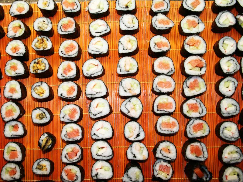 Для классических японских ролл вам понадобиться красная рыба, мягкий плавленный сыр и свежий огурец.