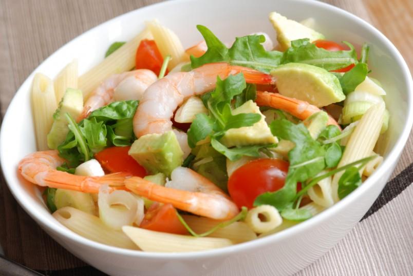 Салат с авокадо и креветками порадует своим изысканным вкусом любителей морепродуктов.