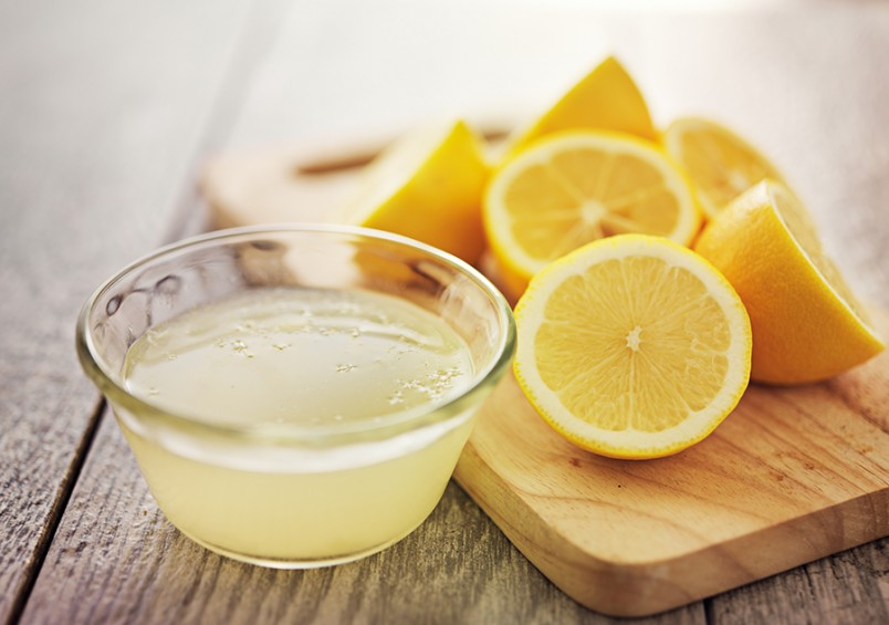 """Лимонный сок является главной составляющей для заправки салата """"Цезарь""""."""