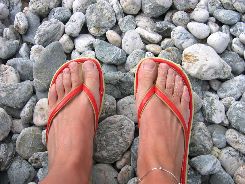 Главное помнить, что не рекомендуется ходить босыми ногами по пляжу, в общественном бассейне, душе и тому подобное. Эти места являются угрозой для ваших ножек.