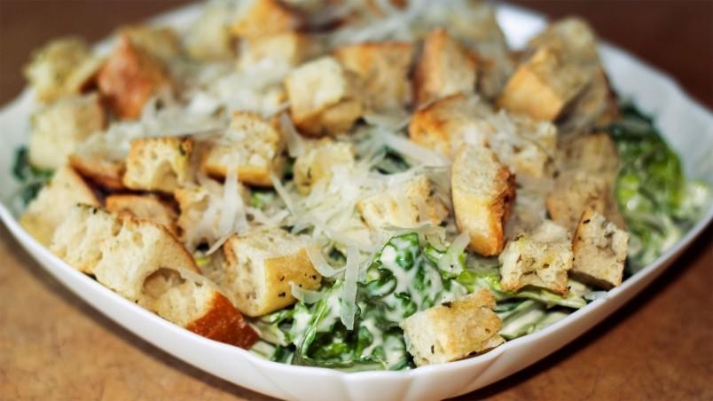 Для любителей морепродуктов можно добавить в салат креветки.