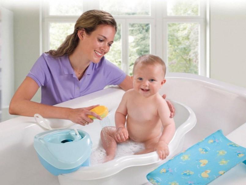 Педиатры советуют, что новорожденного малыша все–таки лучше купать в маленькой детской ванночке.