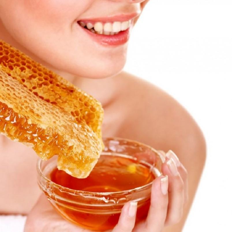 Если вы не желаете тратить время на приготовление масочек, а сохранить молодость и красоту кожи мечтаете, то можете несколько раз в неделю на 15 минут наносить на очищенную кожу лица тонким слоем мед.