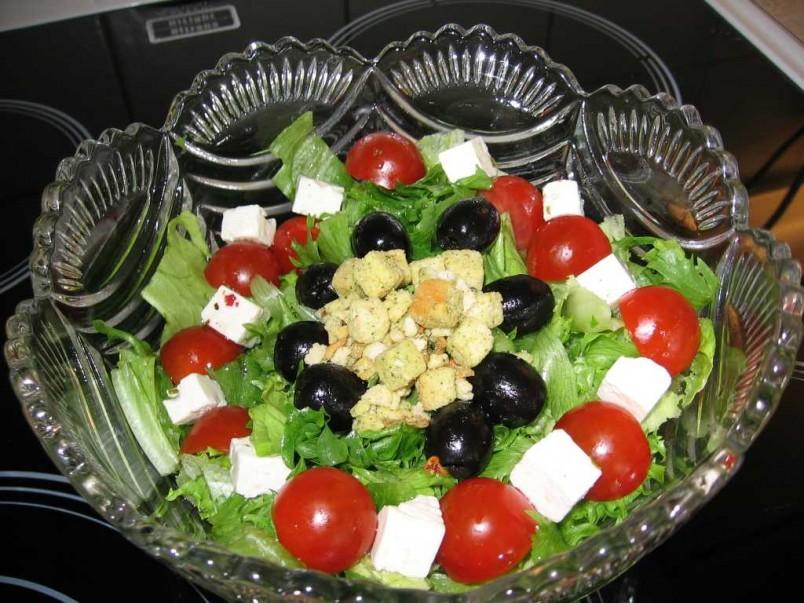 Не бойтесь что-то менять в составе, возможно, именно этот вариант салата станет вашим коронным блюдом, которым вы будете удивлять своих гостей.