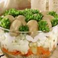 Для заправки салата с грибами лучше использовать сметану или майонез.