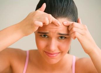 Чаще всего причиной появления прыщей на лбу служат закупоренные поры, вернее их протоки, по которым жир выводится на поверхность кожи.
