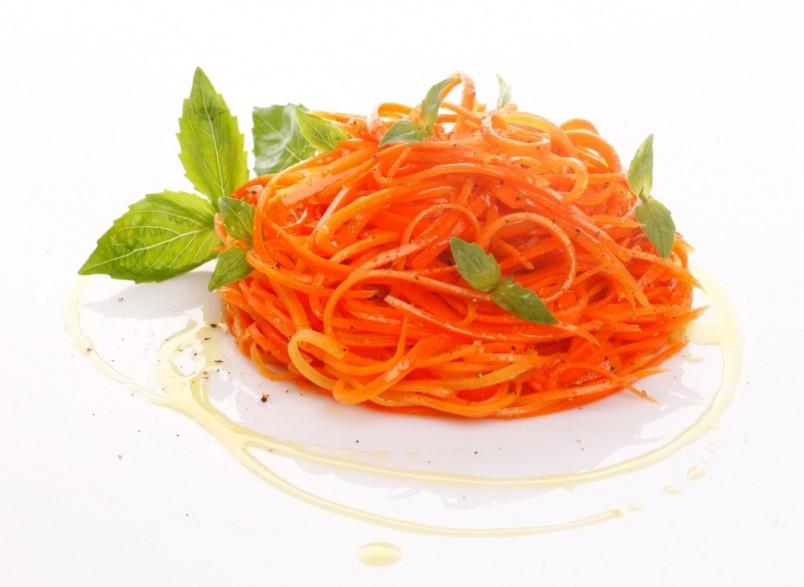 Если вылить горячее масло на черный перец, насыпанный горочкой сверху на морковь, он потеряет свою остроту и станет очень душистым.