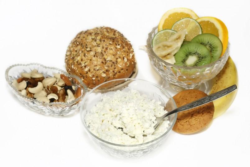 Рацион диетического стола 5 физиологически полноценный, обогащен овощами и фруктами, щадящий.