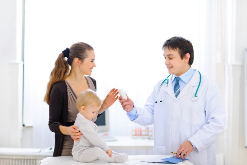 Профилактику рахита у грудничков и лечение назначает ваш педиатр с первого месяца, а если ваш ребенок родился недоношенным – с 2 недель жизни