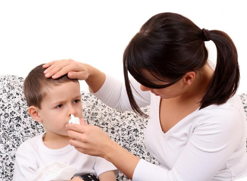 Лечить зеленые сопли у ребенка следует начинать вовремя, однако агрессивное лечение может и навредить.