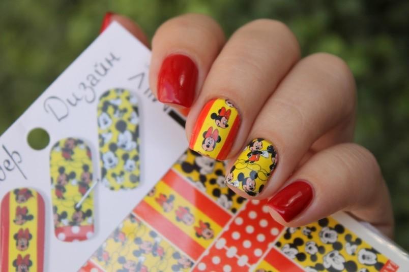 Наклейки на ногти вместо лака хороши еще и тем, что они носятся гораздо дольше обычного покрытия.