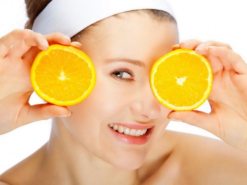 Одно из самых распространенных средств борьбы с морщинами вокруг глаз – это различные маски, которые стоит наносить на кожу в области глаз.