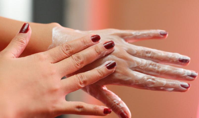 Питайте кожу рук. В этом помогут ванночки, маски для рук.