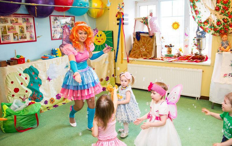 Подготавливая праздничное мероприятие для дочери не забудьте заготовить всевозможные атрибуты для украшения помещения, призы и, естественно, костюмы.