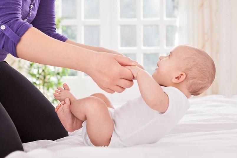 Ежедневные занятия с малышом и массаж помогут ребенку быстрее научиться держать голову.