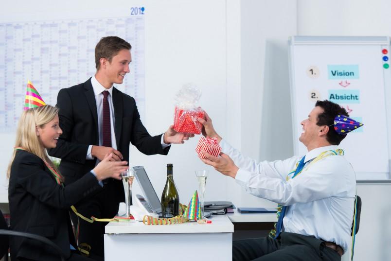 Уделить 5 минут рабочего времени совсем не сложно для того чтобы поздравить сослуживца-мужчину.