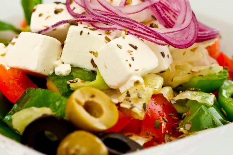 Белоснежный сыр фета - главное украшение греческого салата.