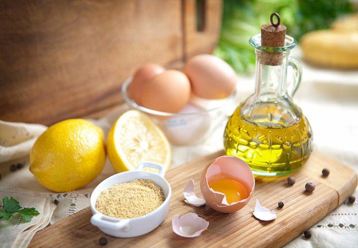 Рецепты масок на основе обычной овсянки подразумевают использование как цельных овсяных хлопьев, так и муки. Чтобы приготовить муку воспользуйтесь кофемолкой или ступой для измельчения сухих продуктов.