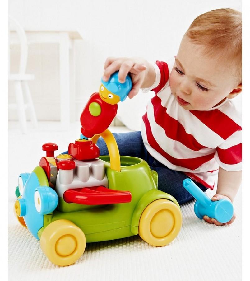 Во время игры обязательно рассказывайте о том, что происходит, называйте игрушки – через некоторое время ребенок сам начнет показывать пальчиком на предметы и взглядом спрашивать вас, что это.