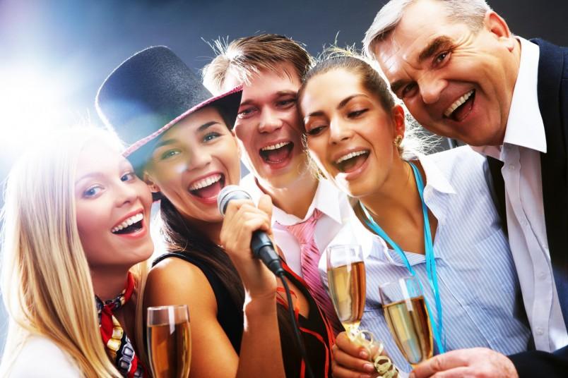 Шумную вечеринку в честь дня рождения мужа можно устроить дома, в кафе или на природе.