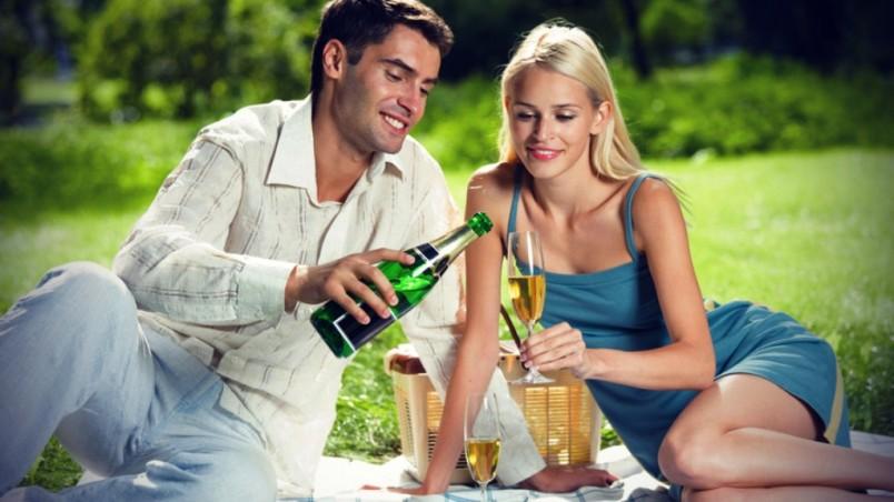 Чтобы праздник в честь дня рожденья любимого мужчины удался, нужно продумать все мелочи мероприятия заранее.