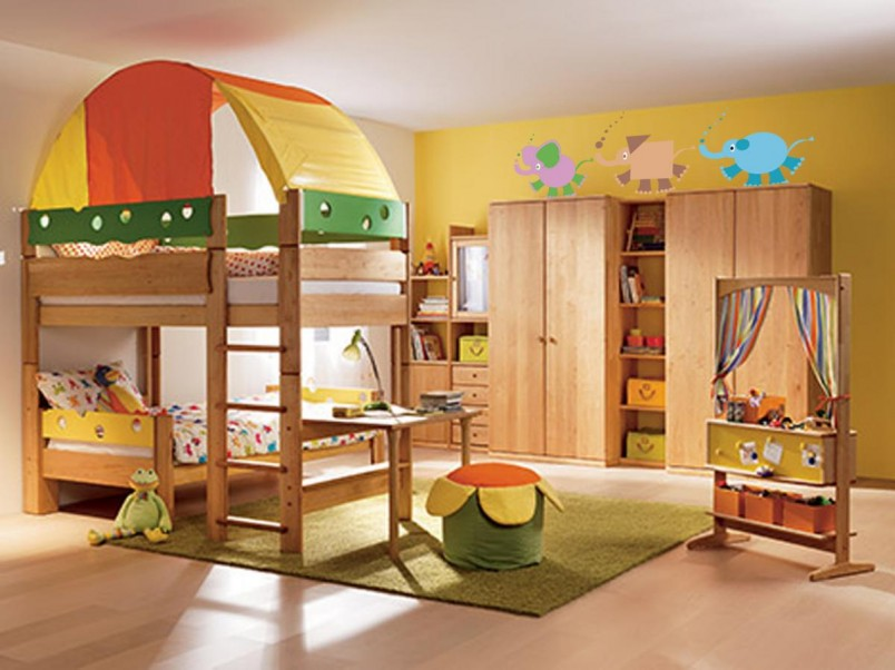 Если комната для двоих детей очень маленькая, добиться максимально возможного удобства позволит использование трансформируемой мебели.