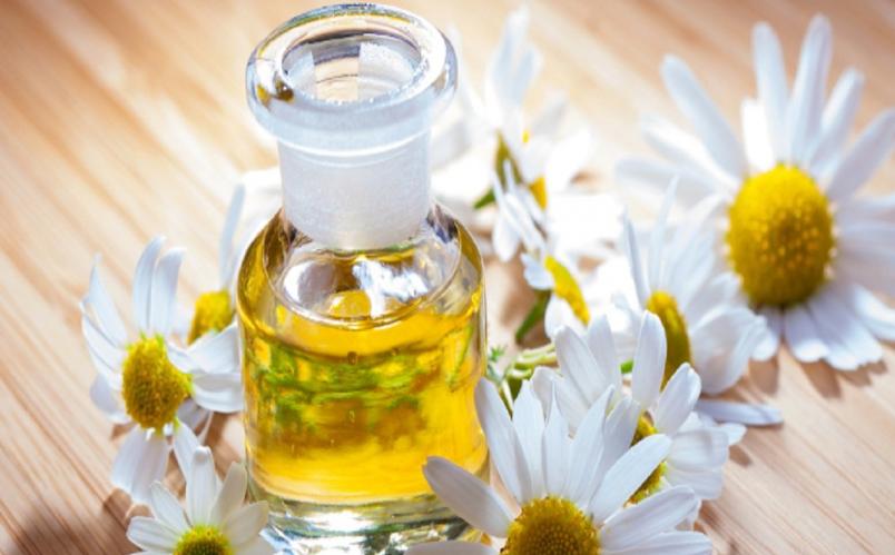 Едва ли не панацеей считают легкую, ароматную каплю масла для лица от морщин.