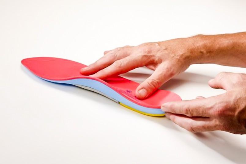 Гораздо привлекательнее выглядит вариант изготовления ортопедических стелек на заказ – такое изделие является более эффективным для стопы ног, поскольку целиком и полностью учитывает абсолютно все ее особенности.