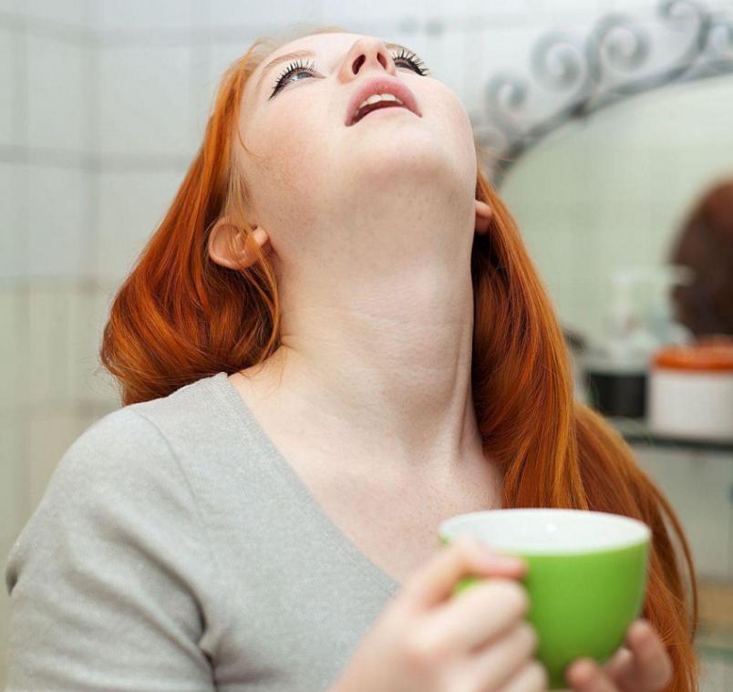 Полоскание - один из безопасных и действенных методов лечения больного горла у беременной.