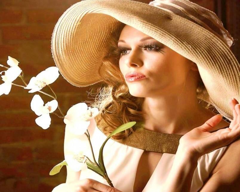 Регулярно делайте маски из петрушки и сока лимона, а также возьмите за правило протирать лицо ежедневно кислым молоком или же сывороткой - это поможет избежать появления пигментных пятен.