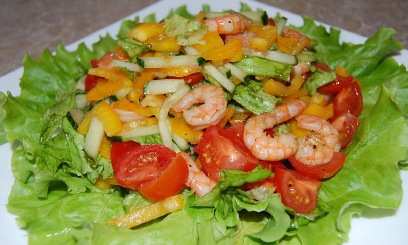 Особенность греческого салата – помимо вкусовых качеств – его эффектный внешний вид, так что постарайтесь нарезать овощи красиво и со вкусом.