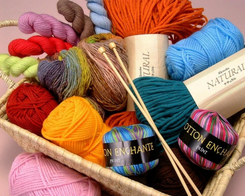 При правильном подборе модели, цвета ниток и узора манишка может стать великолепным и модным украшением любого гардероба.