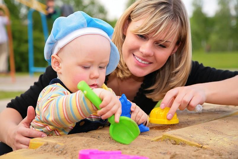 В полгода малыш уже вовсю интересуется игрушками.
