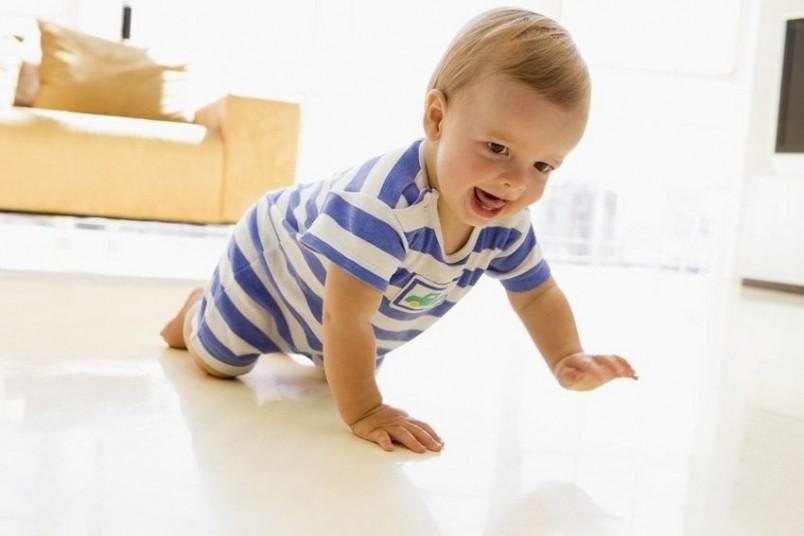 Малышу интересно все – и если взять его на руки, он будет хватать взрослого за нос, волосы, воротник.
