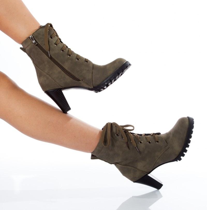 Иногда замшевые туфли или сапоги немного лоснятся в некоторых местах. Тут вам поможет нашатырь.