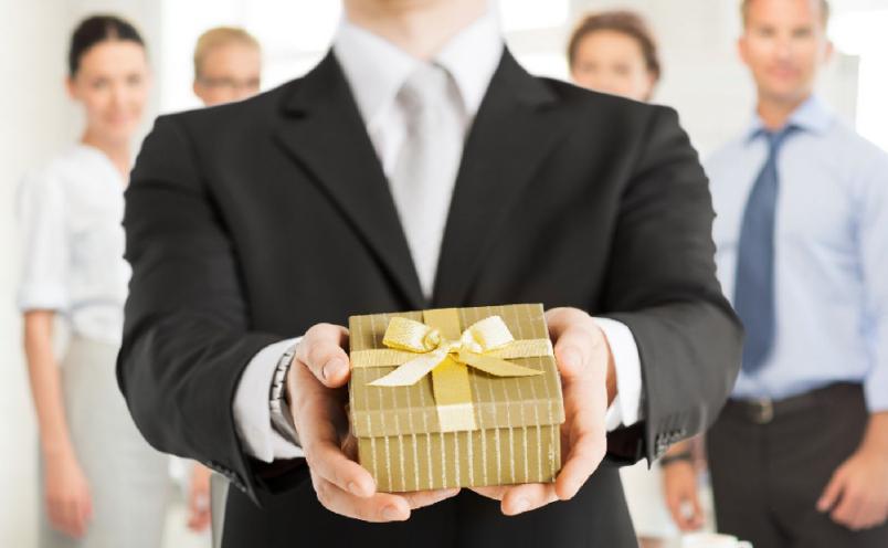 Если вы хотите приготовить подарок и поздравление для начальника самостоятельно, заранее подумайте над тем, как это оценят ваши коллеги.