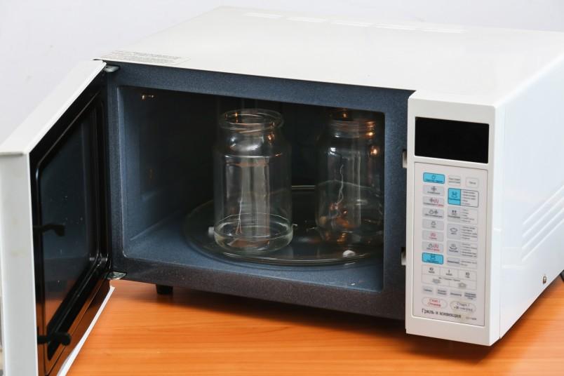 Независимо от выбранного способа стерилизации, предварительно помойте баночки, ведь обработка только убивает микробы, но не смывает грязь.