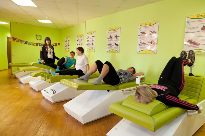 Правильно начинать выполнение упражнений для выпрямления осанки следует лежа на животе.