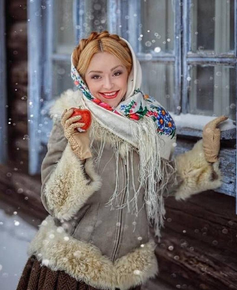 По старинной традиции русские женщины покрывают платком голову или плечи.