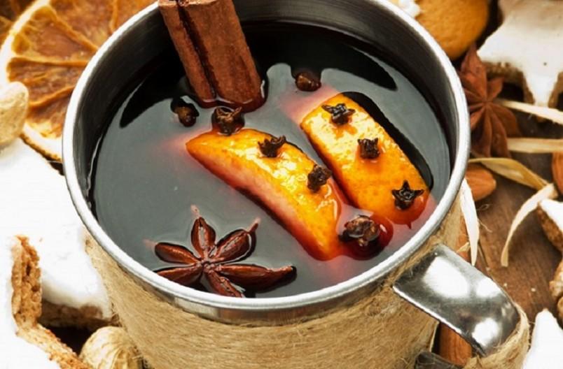 Готовят глинтвейн в основном на красном сухом вине, без изысков и дороговизны, – с сахаром, мускатным орехом, гвоздикой и водой.