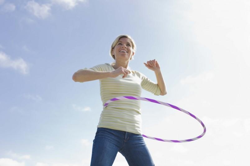 Вращение хулахупа от пяти до десяти минут в день поможет за пару недель сбросить всего сантиметр с проблемных зон.