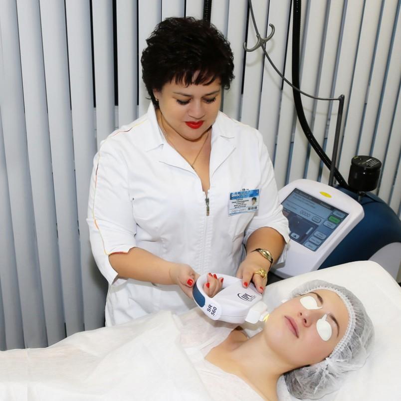 В первую очередь, для избавления от пигментных пятен необходима консультация с врачом косметологом - дерматологом.