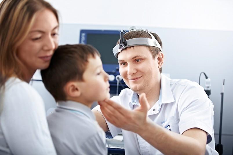 К сожалению, родители зачастую обращают внимание на отклонения при развитии аденоидов только при 2-3 стадии, когда затрудненное или отсутствующее носовое дыхание ярко выражено.