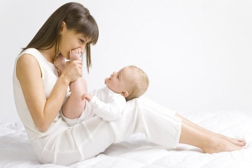 Малыш обращает внимание на все звуки, как слабые, так и громкие, любит музыку. Его легко можно отвлечь и успокоить погремушкой.