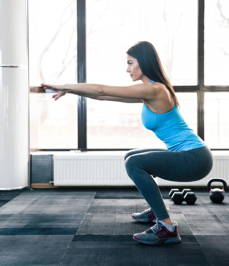 Приседания являются отличным способом, чтобы увеличить диапазон движения в бедрах и лодыжках, которые помогут уменьшить боль в коленях и пояснице.