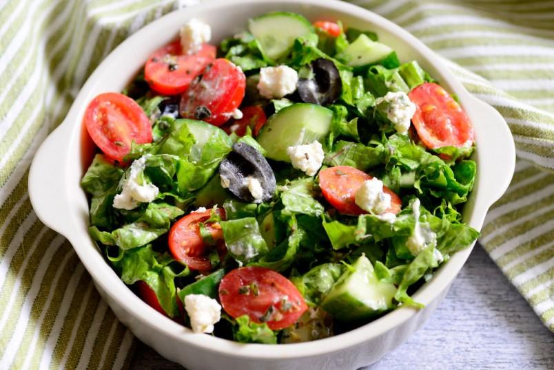 Порция вкусного салата, насыщенного по вкусу и очаровательного в своей цветовой насыщенности – и можно считать, что полноценный прием пищи состоялся.