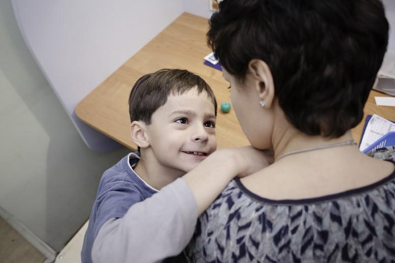Считается, что аутист не может объединять детали в единый образ. То есть человека он видит как несвязанные уши, нос, руки и другие части тела.