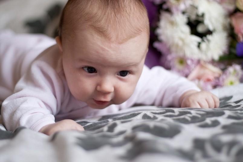 До шести недель ребенок не может самостоятельно удержать голову на уровне с туловищем.
