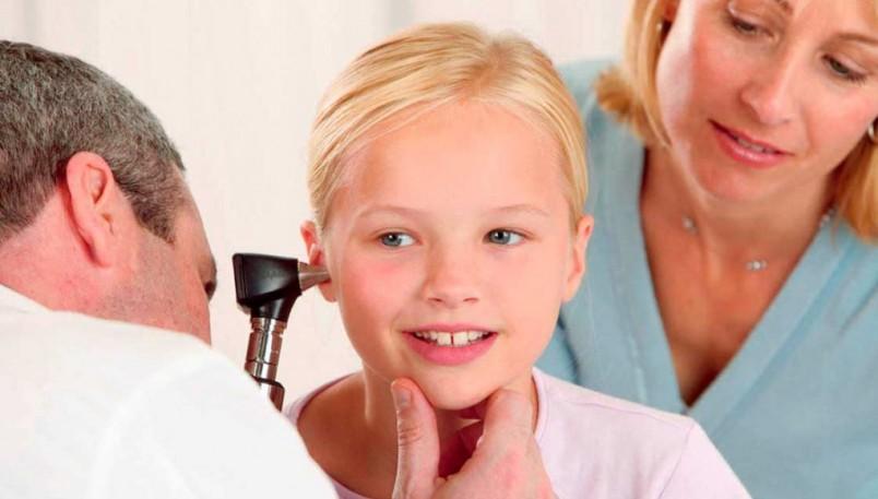Основными симптомами отита у детей являются острая боль, усиливающаяся во время жевания, глотания, высмаркивания и высокая температура.